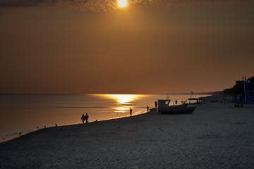 Bałtycka plaża o wschodzie słońca