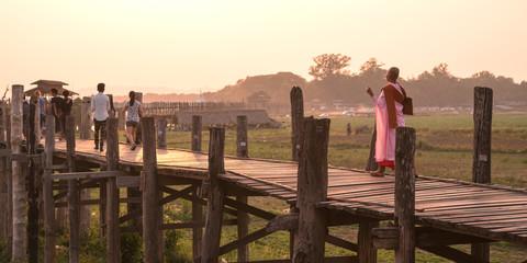 People walking on U Bein Bridge at sunset, Amarapura, Myanmar 夕焼けのウーベイン橋を歩く人々