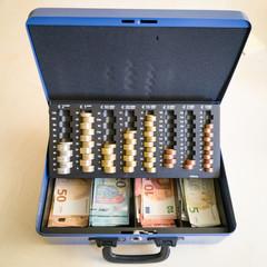 Bargeldkassette mit Euro-Scheinen und Münzen