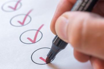 Abhaken von erledigten Aufgaben auf einer Liste