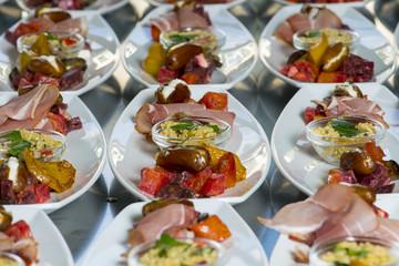Recess Fitting Appetizer schön angerichtetet Vorspeisen für eine ganze Hochzeit viele Teller