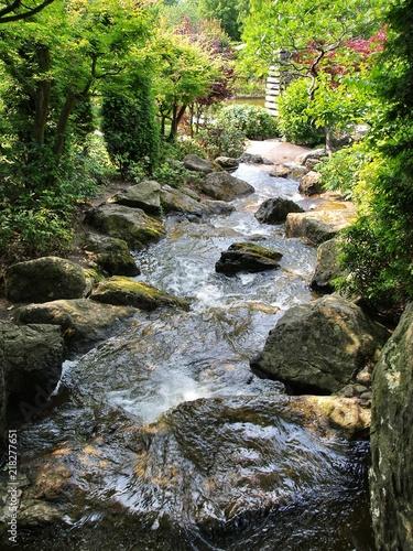Wasserfall Und Bachlauf Im Japanischen Garten Stock Photo And
