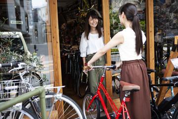 新しい自転車を手に入れた女性