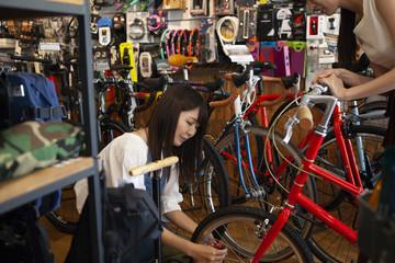 自転車の空気圧を確認するスタッフ