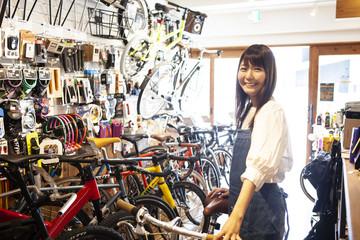 自転車屋女性スタッフのポートレート