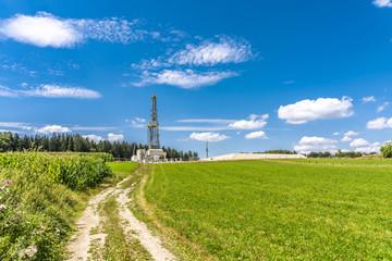 Feldweg zu einem Fracking-Turm auf dem Land in Bayern Wall mural