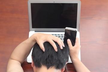 ノートパソコンとスマートホン 使用イメージ