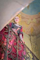 Ragazza con Vestiti Rinascimentali 1600 e Fragole e Occhi Azzurri con Scala