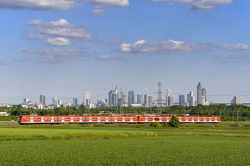 S-Bahn mit Skyline von Frankfurt am Main im Hintergrund