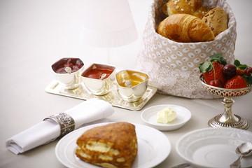 Edles Frühstücksbuffet mit Kaffee, Marmelade und feinem Gbäck