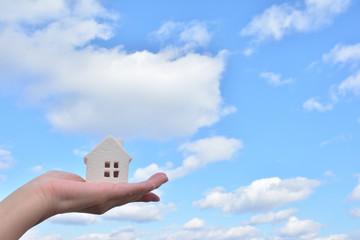 白い家 青い空