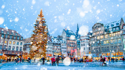 Zelfklevend Fotobehang Europese Plekken Christmas market under the snow in France, in Strasbourg, Alsace