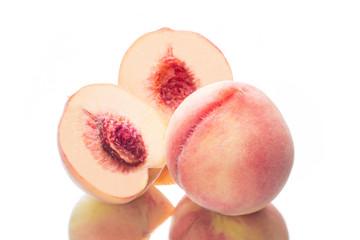 カットした大玉の桃
