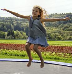 Mädchen auf einem Trampolin