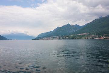 Blick auf Comer See Wunderschöne See Landschaft mit blauem Wasser in Italien