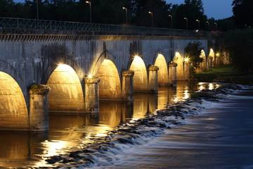 Kanalbrücke über die Loire bei Digoin nachts