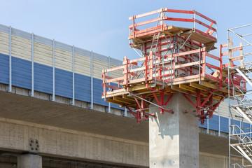 Neuer Pfeiler aus Stahlbeton für eine Autobahnbrücke