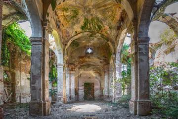 Foto auf Acrylglas Ruinen Uralte eingestürzte und verlassene Kirche