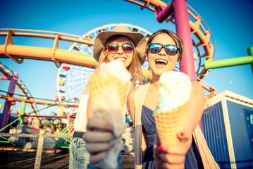 Foto op Aluminium Amusementspark Friends eating ice cream outdoor