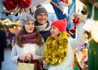Smiling parents with daughter of Xmas market