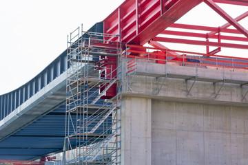 Baustelle und Vorbauschnabel einer neuen Brücke aus Stahlverbund für die Autobahn