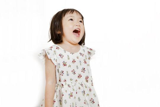 大きな口を開け唄う幼い女の子イメージ