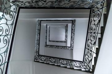 escalier art nouveau vue de dessous
