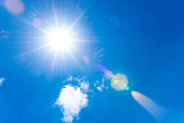 Sonne scheint vom sommerlichen, blauen Himmel, weißes Wölkchen, Sommer