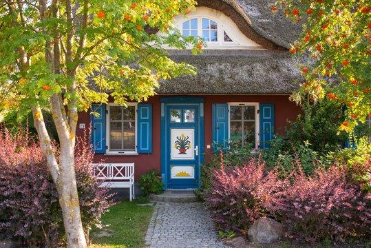 Bauernhaus mit alter Holztür und Reetdach, Insel Fischland/ Darß/ Zingst, Künstlerdorf Ostseebad Ahrenshoop, Fischland, Mecklenburg-Vorpommern, Deutschland
