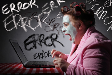 femme drôle s'énervant sur une panne de son ordinateur portable