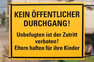 Schild - Kein öffentlicher Durchgang - Unbefugten ist der Zutritt verboten - Eltern haften für Ihr Kinder