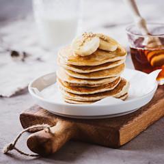 Photo sur Plexiglas Dessert Pancakes mit Ahornsirup und Bananen