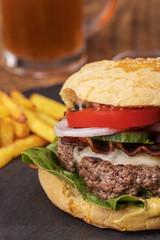 Hamburger mit Pommes frites auf Schiefer