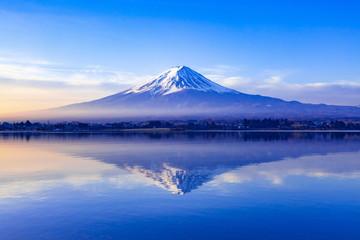 Foto auf AluDibond Gebirge 夜明けの富士山、山梨県河口湖にて