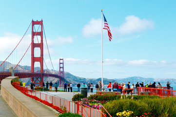 Papiers peints San Francisco Visitors at the Golden Gate Bridge in San Francisco California USA