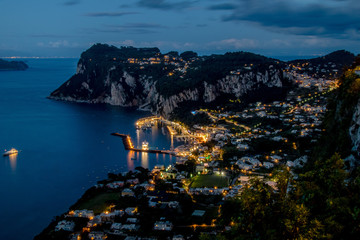 Die Aussicht auf Capri und Marina Grande von Hotel San Michele in Anacapri an einem frühlingshaften Abend.
