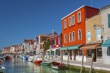 Fototapete - Murano island canal, colorful houses and boats, Venice, Italy.