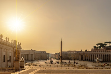 Fototapete - Sunrise on St Peter's square in Vatican, Rome Italy