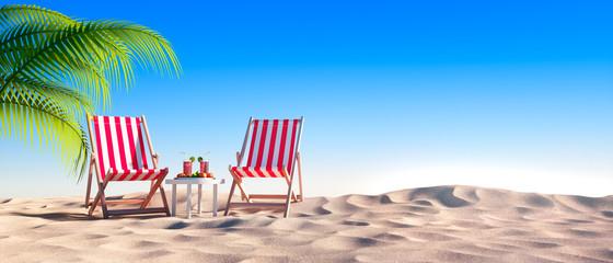 Leerer Strand mit roten Liegestühlen und Cocktails