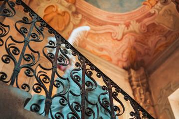 Ragazza con Vestiti Rinascimentali 1600 e Fragole Su Scala