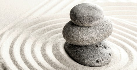 Photo sur Plexiglas Zen pierres a sable Zen stones on the sand