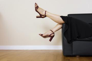 gambe di donna sdraiata sul divano