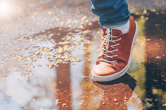 Gently overcomes the puddle in leather shoes