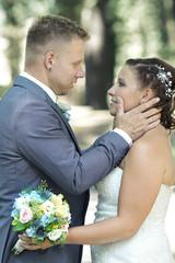 zärtliche Berührungen - Hochzeitspaar