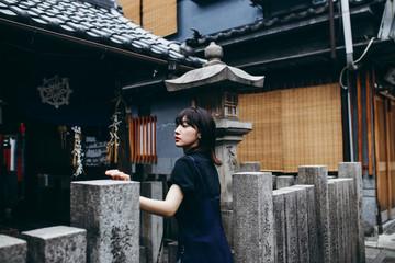 神社を観光する女性