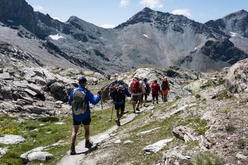 Photo de paysage panoraminque de haute montagne et de chemins de randonnée dans les alpes
