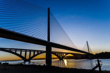 Coucher de soleil sur l'ancien et le nouveau pont de l'Iroise