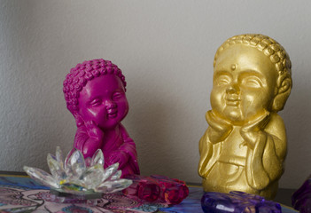 figuras coloridas de buda y flor de loto