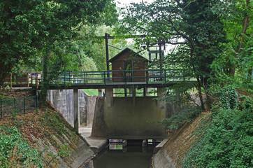 Vanne de régulation du niveau d'eau des rivières avec chalet de contrôle