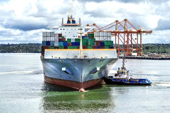 Buque portacontenedores en puerto